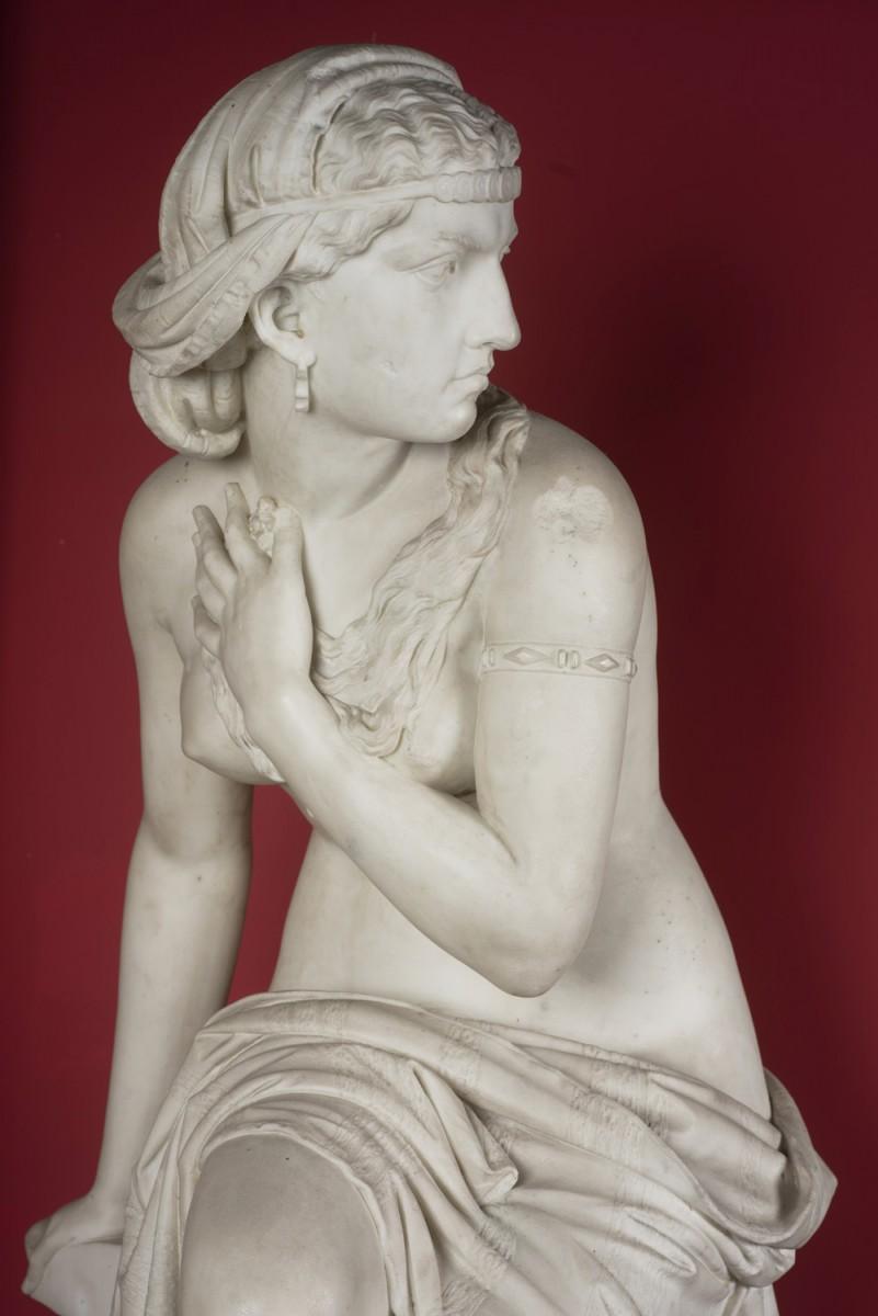 Close up of Susannah's head and torso